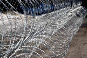 Преимущества армированной колючей ленты